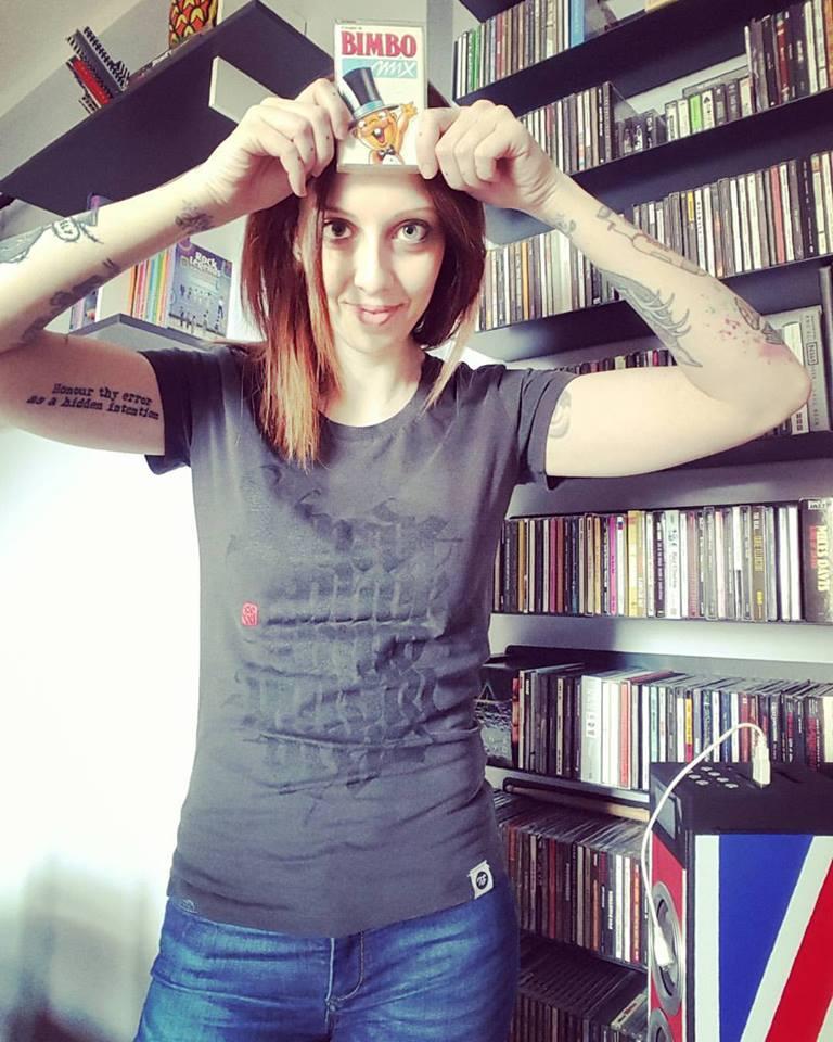 Chiara Karse di Radio DJ con la t-shit Black Alphabet di Luca Barcellona